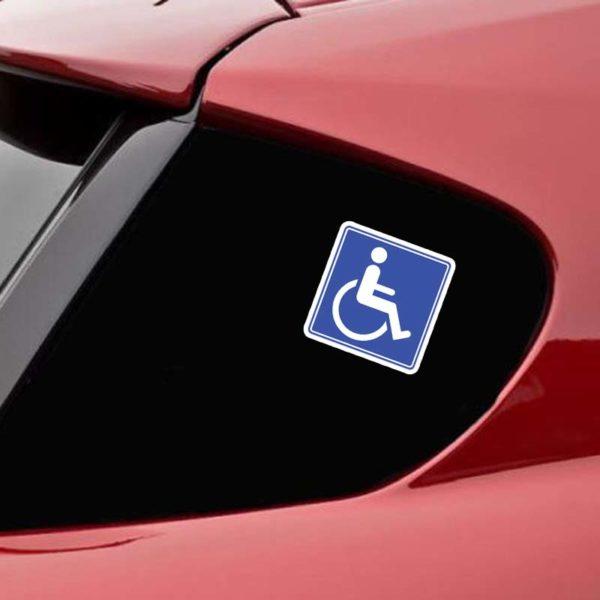 מדבקת נכה לרכב מודבקת על הרכב