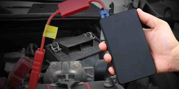 בוסטר התנעה לרכב עם כבלים מחוברים למצבר